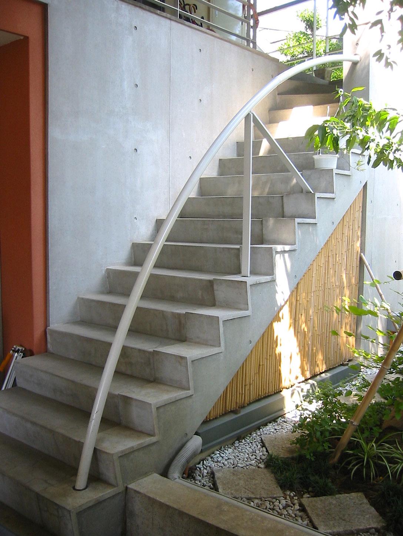 外階段と竹の収納扉(屋外1)